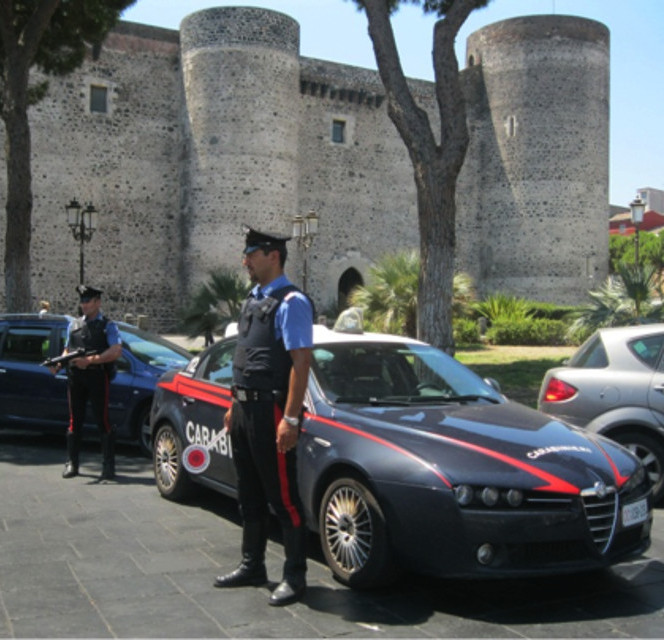 Carabinieri davanti a Castello Ursino a Catania