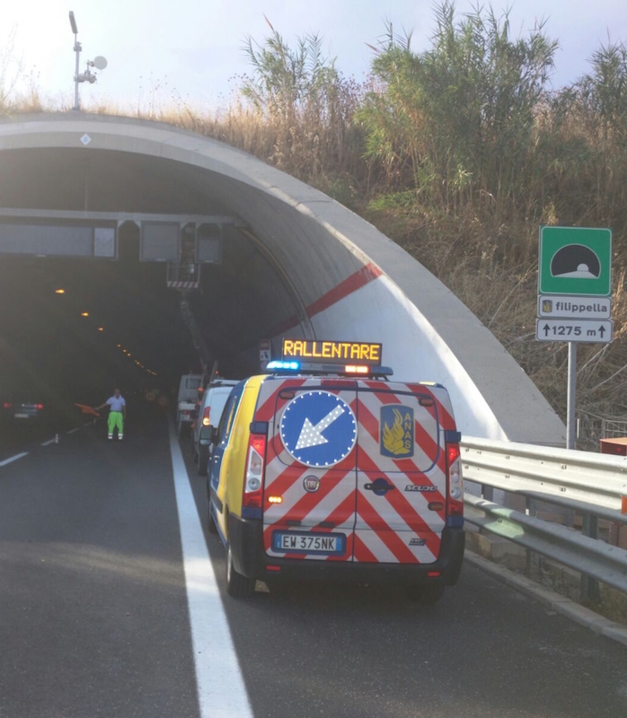 Mezzi per lavori in galleria Filippella su autostrada Catania - Siracusa