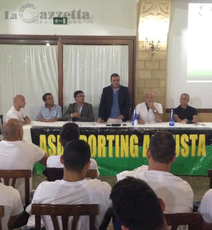 Dirigenza e squadra dell'Asd Sporting Augusta calcio si presentano