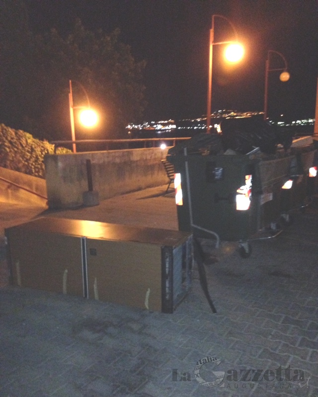 Frigorifero scaricato accanto ai cassonetti dei rifiuti
