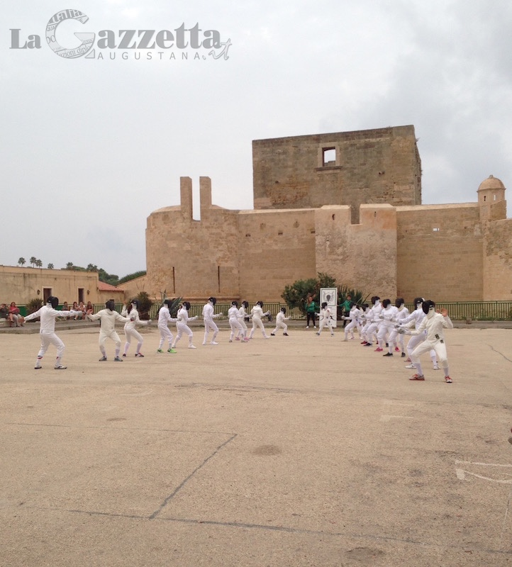 Flash mob della scherma di Augusta al Castello aragonese #fencingmob