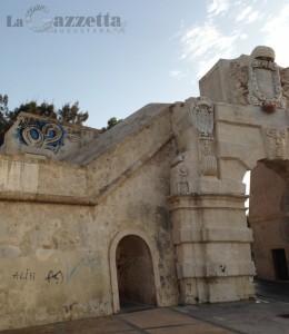 Porta spagnola di Augusta deturpata da un graffito