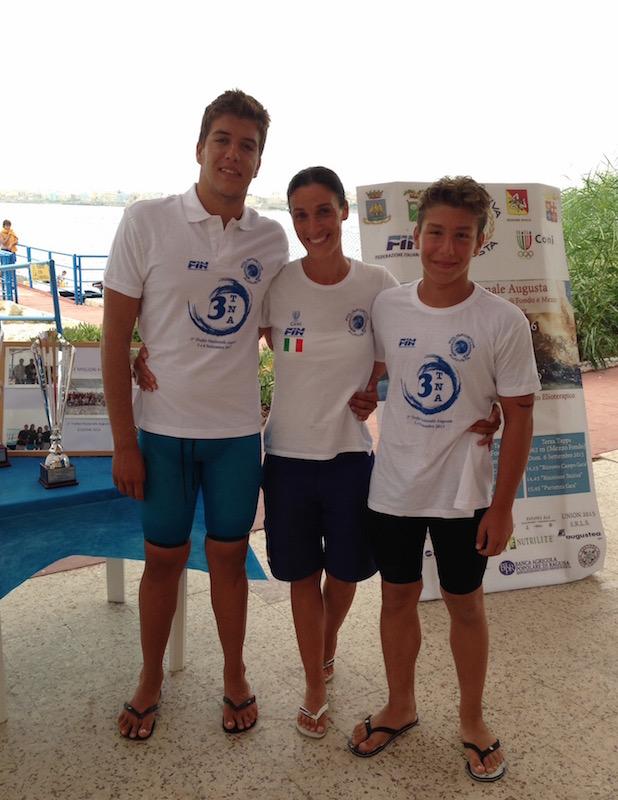 Le due promesse del nuoto di fondo augustano con la responsabile dell'Asd Athon Augusta Antonella Aprile