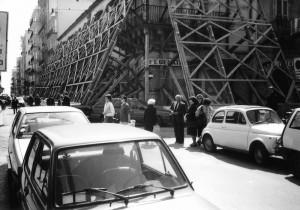 """Crocevia fra via Roma e via P. Umberto (""""a Monaca""""), dopo il terremoto del 13 dicembre 1990"""