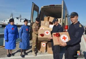 donazione-vestiario-per-migranti-croce-rossa-a-marina-militare-augusta