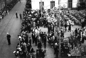 Tavolini in piazza Duomo in attesa della corsa dei cavalli, 1958