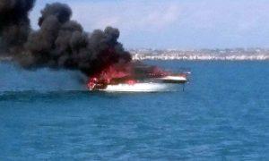 imbarcazione-in-fiamme-porto-di-augusta
