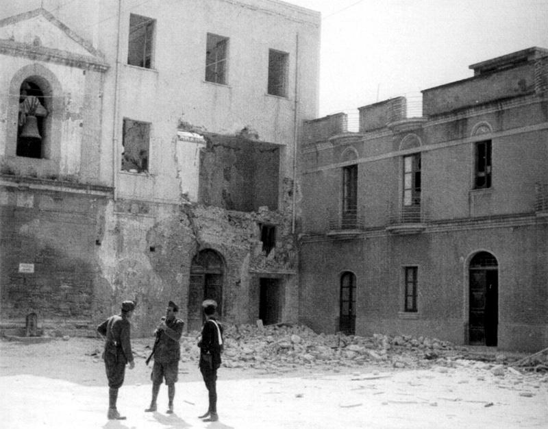 Piazza Carmine, la caserma dei carabinieri dopo i bombardamenti del 13 Maggio 1943.