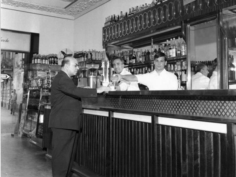 Il propritario del Caffè Noè, al civico 1 di Via Principe Umberto, anni settanta.