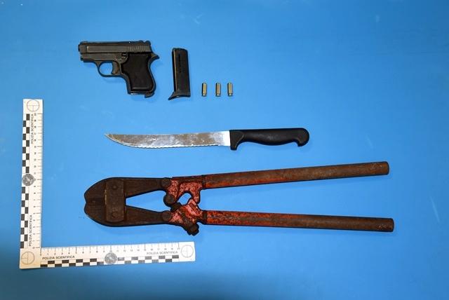 pistola-a-salve-cesoia-sequestro-auto-viale-america-augusta